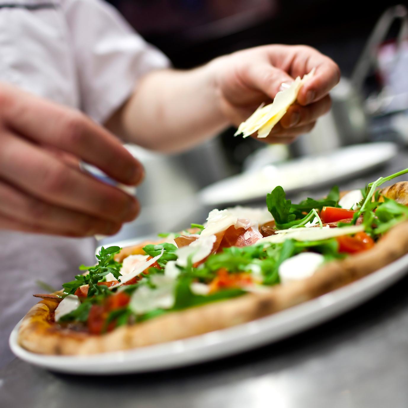 Pizza złota czyli przepis na pyszną pizzę! Jadalne złoto, homar marynowany w koniaku, kawior i szkocki łosoś. Międzynarodowy Dzień Pizzy!