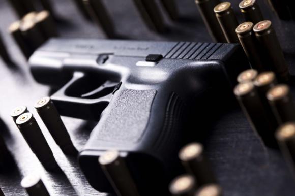 Dostęp do broni. Policja chce powrotu komunistycznych standardów? BIZNES, Prawo - Komenda Główna Policji przygotowała projekt zmian w ustawie o broni i amunicji, w którym proponuje m.in. powrót do zasady uznaniowości odnośnie wydawania pozwoleń na posiadanie broni palnej.