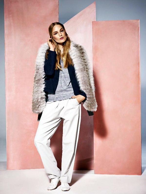 Stylizacja lutego – kaszmirowy sweter z futrzanym wykończeniem