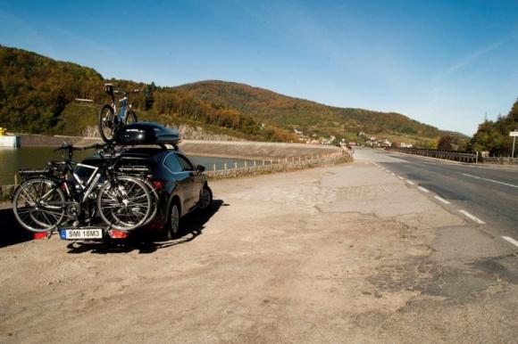 Rowerowe bagażniki na hak wreszcie uwzględnione w prawie BIZNES, Prawo - W resorcie infrastruktury i rozwoju trwają prace nad nowymi rozporządzeniami, dzięki którym możliwe będzie wydanie trzeciej tablicy rejestracyjnej, umieszczanej następnie na bagażniku do przewozu rowerów, montowanym na samochodowym haku holowniczym.