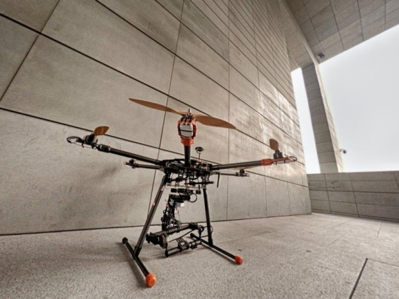 Polska pionierem przepisów prawnych dla dronów BIZNES, Prawo - - Polska jest liderem na arenie międzynarodowej pod względem uregulowanych przepisów używania dronów – mówi Filip Janerka, prezes KD Aerial Technology. – Nasz kraj był jednym z pierwszych państw, które wdrożyły regulacje prawne dla bezzałogowców.