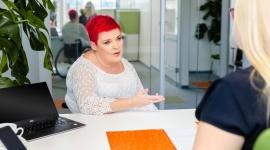 Jak wdrożyć do zespołu niepełnosprawnego pracownika? BIZNES, Prawo - Jeśli po raz pierwszy zatrudniasz osobę niepełnosprawną, możesz mieć kilka wątpliwości – choćby odnośnie tego, jak ma wyglądać procedura wdrożenia go do zespołu. Tymczasem taki pracownik podlega w większości dokładnie tym samym zasadom pracy, co inni członkowie teamu.